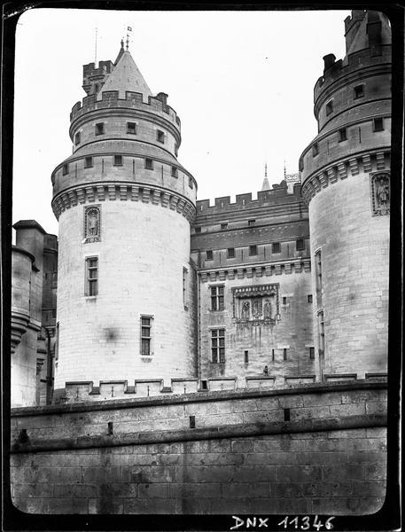 Façade sud : tour Jules-César et vue partielle de la tour Charlemagne