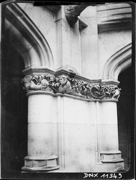 Intérieur : chapiteau de la galerie basse du bâtiment dit des Preuses, sculpté d'un homme allongé et d'une créature fantastique à tête de femme