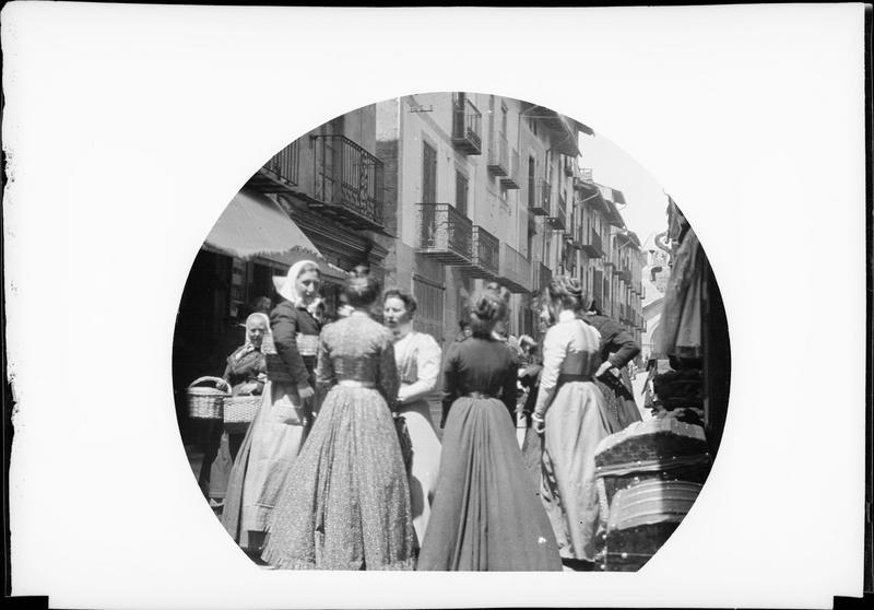 Scène de rue : groupe de villageoises