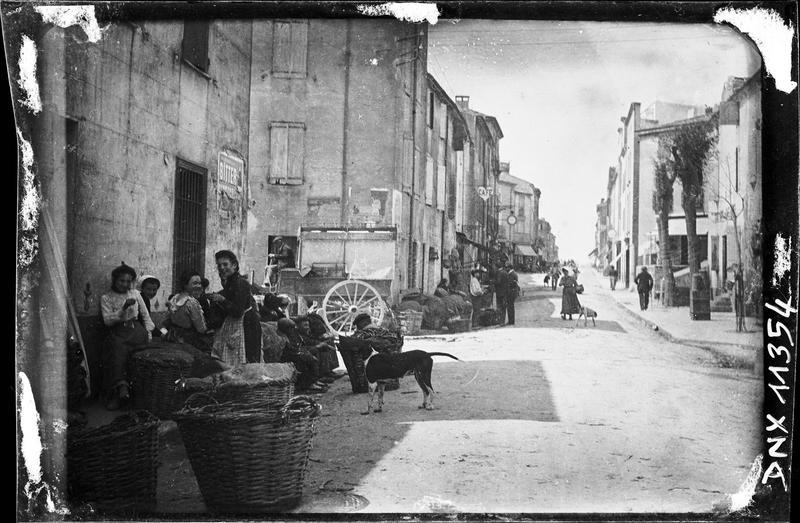 Scène de rue : villageoises, paniers
