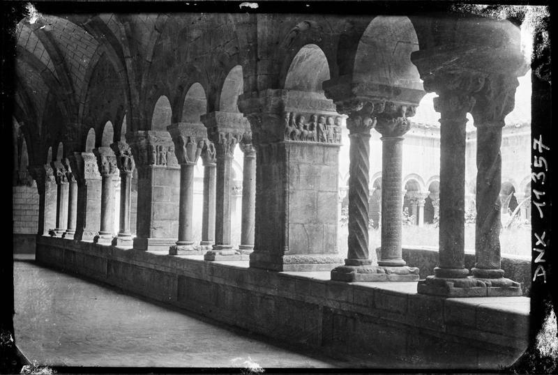 Cloître : intérieur d'une galerie, piliers et colonnettes