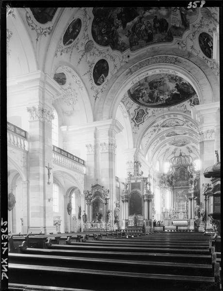 Intérieur : nef et voûtes peintes vues vers le collatéral sud et vers le choeur