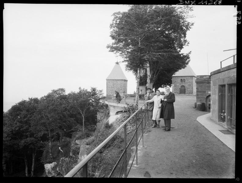 Chapelle des Anges et chapelle des Larmes, terrasse au premier plan