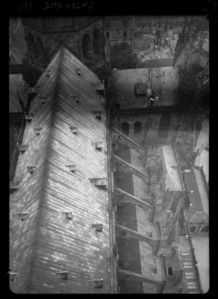 Toiture et arcs-boutants : vue plongeante prise du haut de la façade ouest