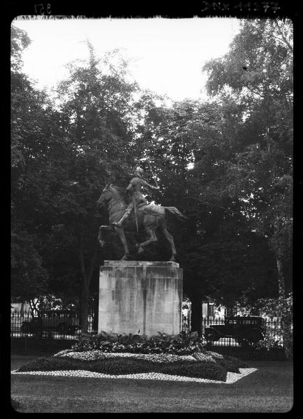 Vue de la statue sur son piédestal dans les jardins du Palais