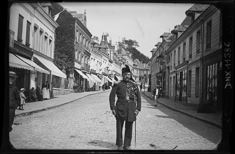 Portrait : militaire au milieu d'une rue