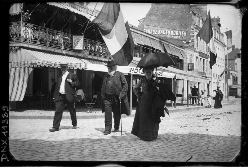Monsieur et Madame Jeanssen devant la façade de l'hôtel
