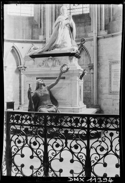 Intérieur : monument funéraire du cardinal de Bonnechose