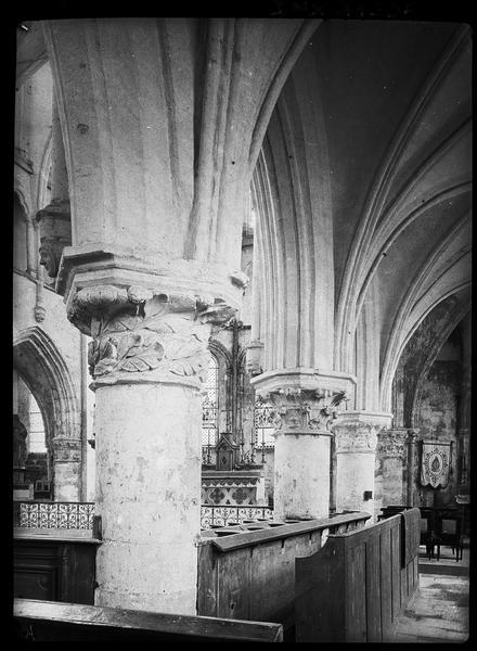 Intérieur : piliers et chapiteaux entre le bas-côté sud et la nef