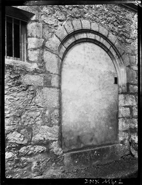 Porte murée surmontée d'un arc en plein cintre