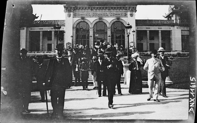 Groupe de visiteurs devant la façade