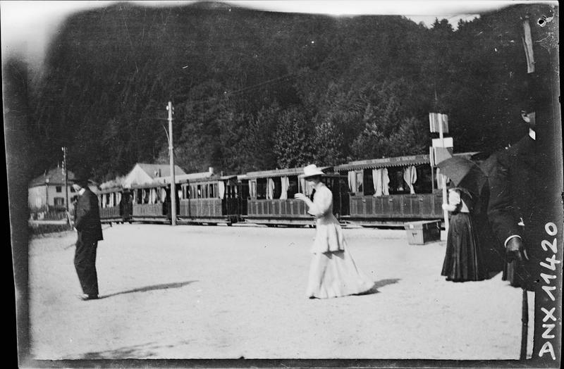 Passants devant un train