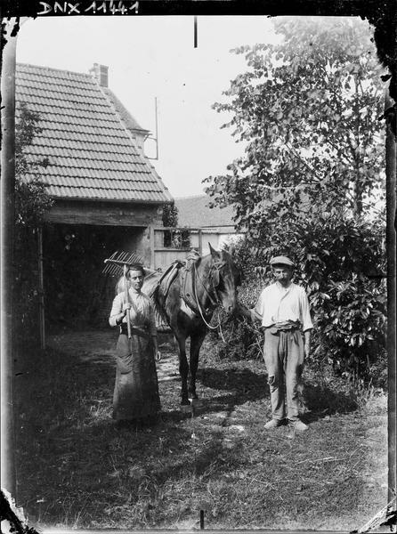 Portrait : paysan et paysanne à côté d'un cheval de trait