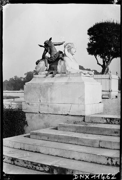 Groupe sculpté : Sphinx et Amour