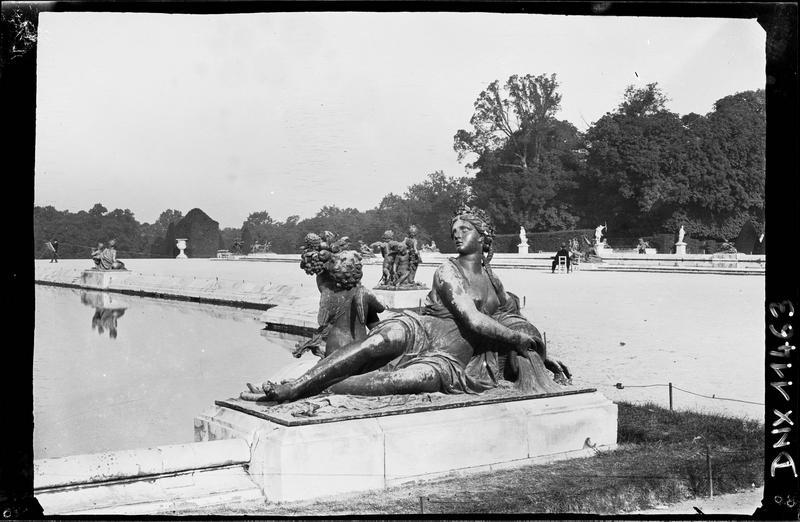 Parterre d'Eau, bassin sud : statue du Loiret