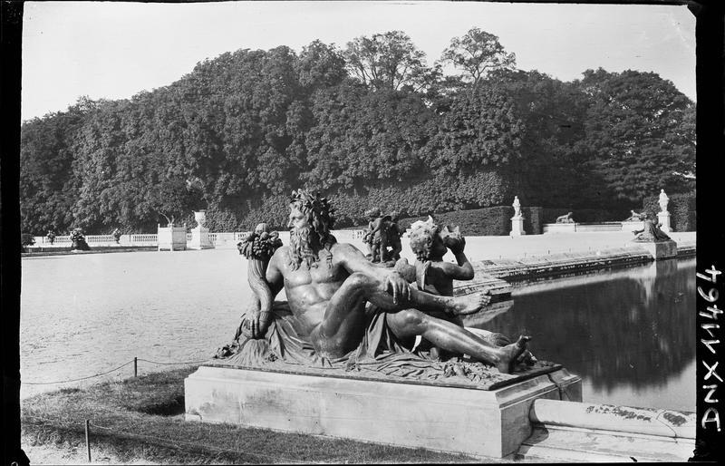 Parterre d'Eau, bassin sud : statue de la Loire