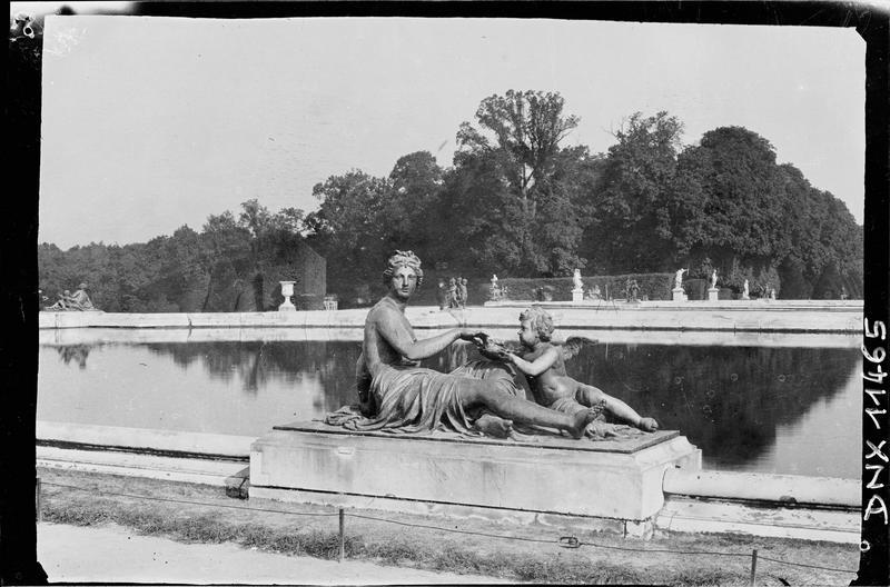 Parterre d'Eau, bassin sud : statue de nymphe à la perle