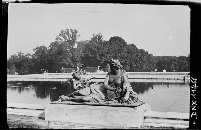 Parterre d'Eau, bassin sud : statue de nymphe aux fleurs