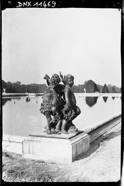 Parterre d'Eau, bassin nord, groupe sculpté : enfants à la conque
