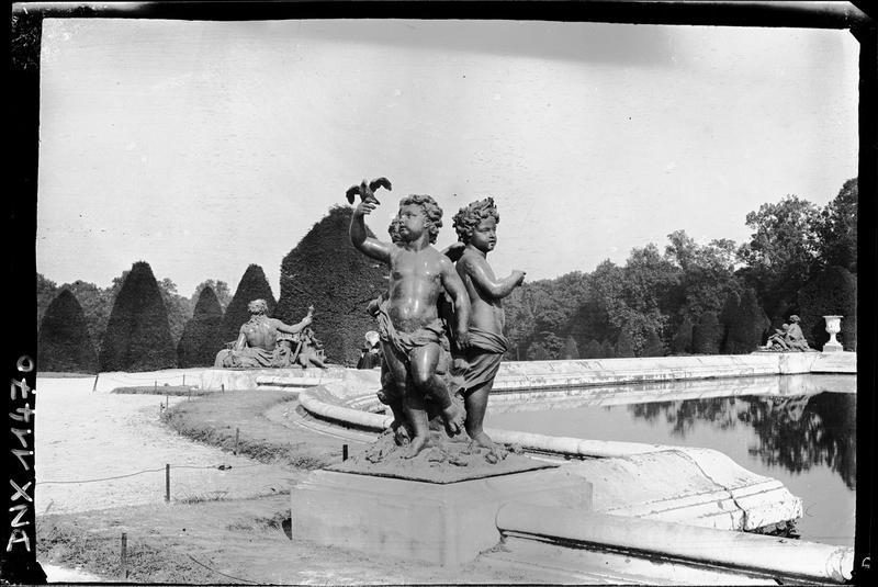 Parterre d'Eau, bassin sud, groupe sculpté : enfants à l'oiseau