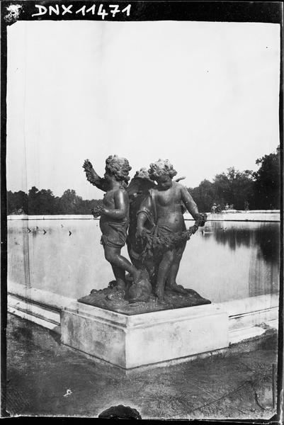 Parterre d'Eau, bassin sud, groupe sculpté : enfants aux dauphins