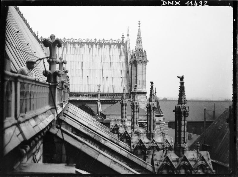 Toit et pinacles à l'angle de la nef et du transept sud
