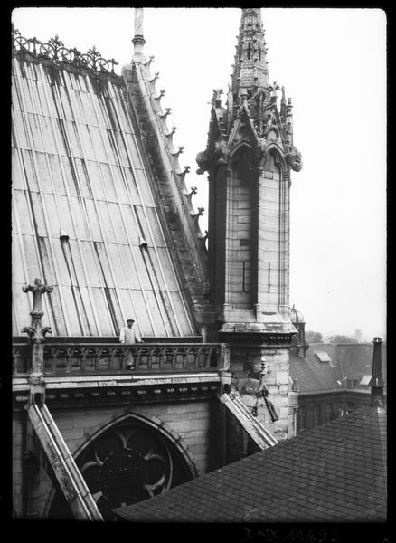 Toit et pinacle du transept sud, vue rapprochée