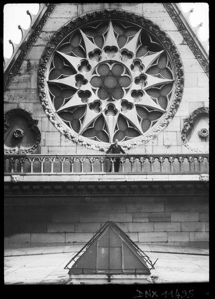 Façade ouest : rose du mur pignon de la nef