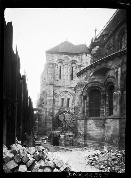 Clocher côté est et vue partielle de l'abside : travaux en cours