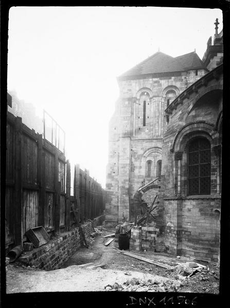 Clocher côté est et détail de l'abside : travaux en cours