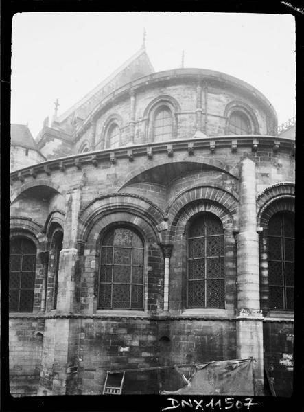Détail de l'abside : arcs géminés et décharge