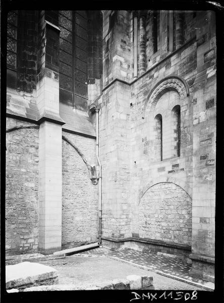 Angle du clocher côté ouest et de la façade sud : partie inférieure