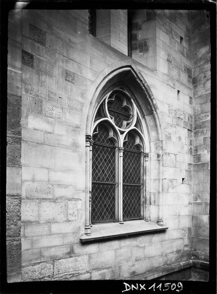 Clocher côté sud, détail : fenêtre du soubassement