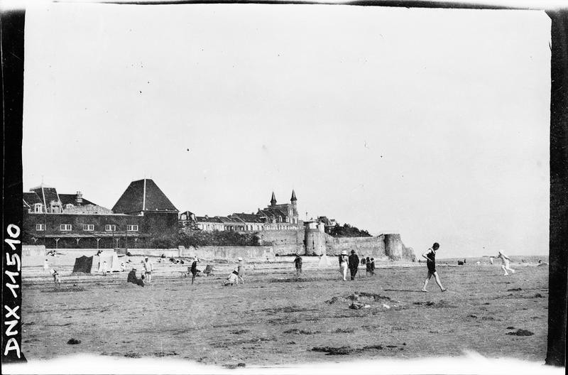 Anciens remparts, plage animée au premier plan