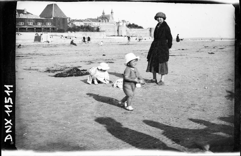 Anciens remparts, femme et enfants sur la plage au premier plan
