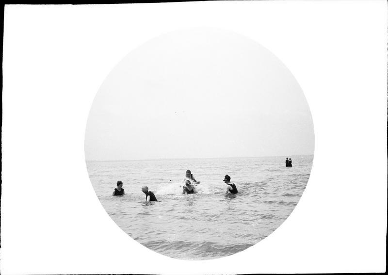 Scène de plage : baignade