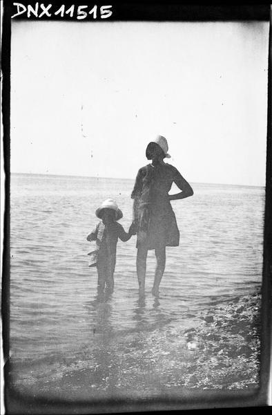 Scène de plage : femme et enfant