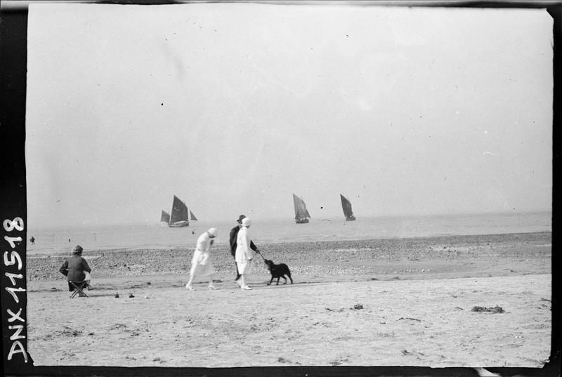 Scène de plage : promeneurs, chien, voiliers