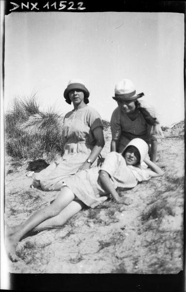 Portrait collectif : deux femmes assises, une femme allongée