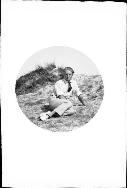 Portrait d'un homme en position semi-allongée