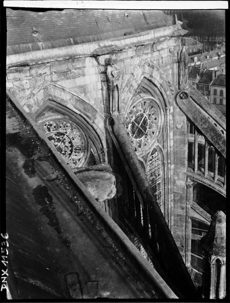 Abside côté sud : partie haute vue du chéneau du transept