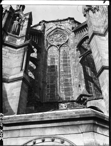 Abside : fenêtres entre deux contreforts, prises en contreplongée