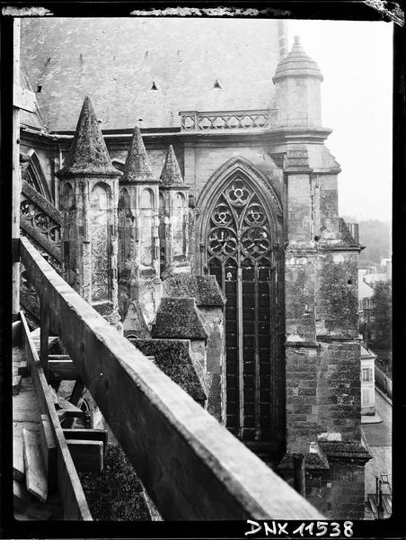Angle de la façade sud avec le transept sud, partie haute
