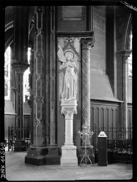 Intérieur, déambulatoire : statue de Jeanne d'Arc