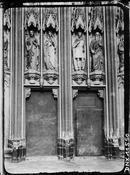Intérieur : statues de Notre-Dame et de trois saints sur consoles et sous dais