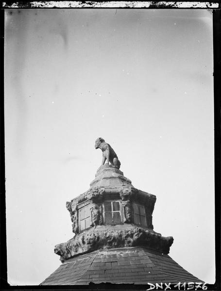 Statue faîtière ornant le toit d'un pavillon