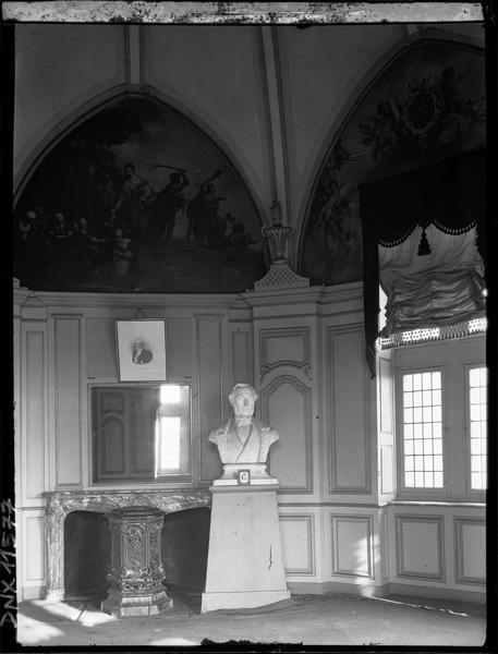 Intérieur : salle lambrissée ornée de fresques