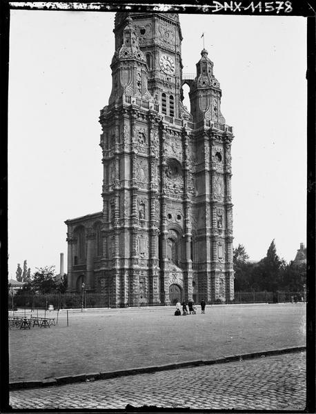 Tour-clocher : façade sur la place