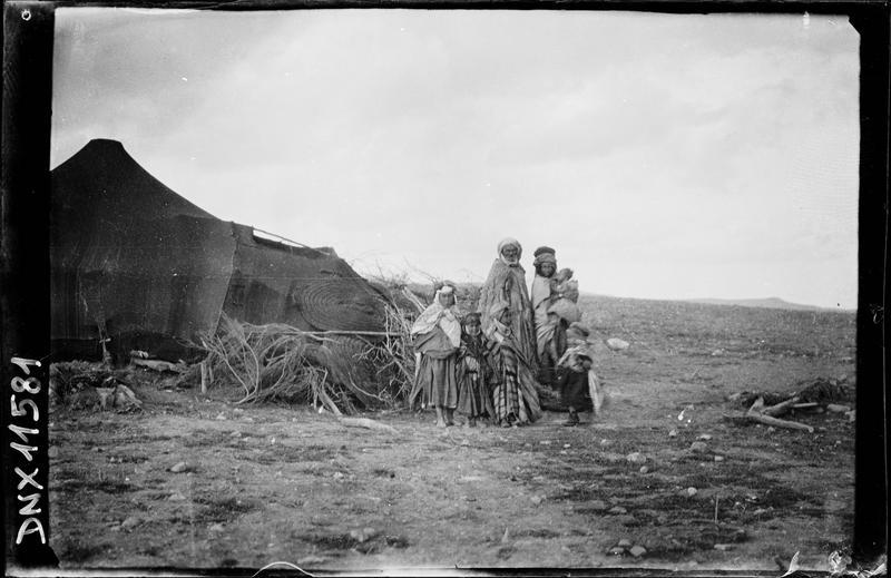 Famille de bédouins devant leur tente