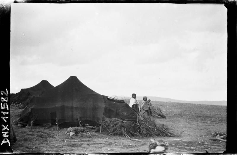 Deux bédouins devant leur tente